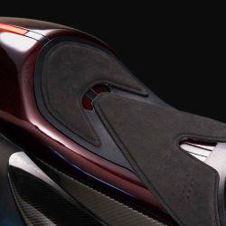 Con un interesante peso en vacío de 181 kilos, la estructura es de fibra de carbono e incorpora inserciones aerodinámicas en el carenado.