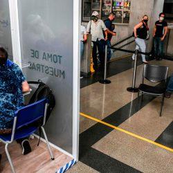 Un trabajador de salud toma una muestra de Covid-19 durante una prueba aleatoria en una estación de Metro, en medio de la pandemia de coronavirus, en Medellín, Colombia. | Foto:JOAQUIN SARMIENTO / AFP