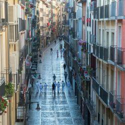 Los participantes caminan por la calle Estafeta durante la celebración simbólica de la primera corrida del festival de San Fermín en Pamplona, norte de España. - La edición 2020 del Festival de San Fermín se ha cancelado como parte de las medidas preventivas para luchar contra el propagación del nuevo coronavirus.   Foto:ANDER GILLENEA / AFP