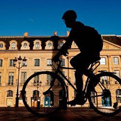 Un hombre monta su bicicleta en la plaza Vendome, en el centro de París.   Foto:Thomas Coex / AFP