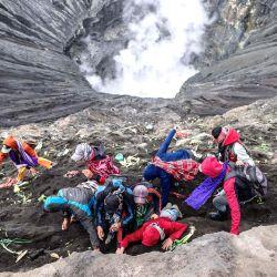 La gente de la tribu Tengger se dirige a la cumbre del volcán Monte Bromo para hacer ofrendas en Probolinggo, provincia de Java Oriental, como parte del Festival Yadnya Kasada. | Foto:Juni Kriswanto / AFP