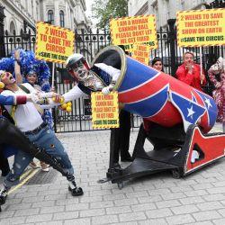 Los artistas de circo de la Asociación de Propietarios de Circo se reúnen en las afueras de Downing Street en el centro de Londres, mientras entregan una carta al Primer Ministro pidiendo el derecho a reabrir para su temporada alta de verano. | Foto:ISABEL INFANTES / AFP