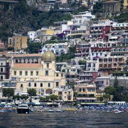 Una vista muestra el pueblo de Positano en la costa de Amalfi en el sur de Italia. - Con sus casas blancas y multicolores encaramadas en la ladera de la montaña sobre las aguas cristalinas del Mediterráneo, la costa italiana de Amalfi sufre la falta de turistas estadounidenses este año. | Foto:Filippo Momteforte / AFP