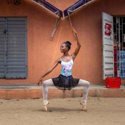 Olamide Olawale, estudiante de la Academia Leap of Dance, realiza una rutina de baile en la calle Okelola en Ajangbadi. - La Academia Leap of Dance es una escuela de ballet en un distrito pobre de la extensa megaciudad de Lagos que tiene como objetivo llevar la danza clásica a niños desfavorecidos en la nación más poblada de África. | Foto:Benson Ibeabuchi / AFP