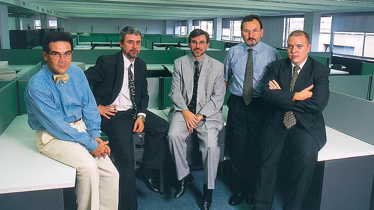 Daniel Pliner, Pablo Temes, Edgardo Martolio, Carlos Lunghi y Jorge Fernández Díaz en la redacción de Perfil, en 1998.