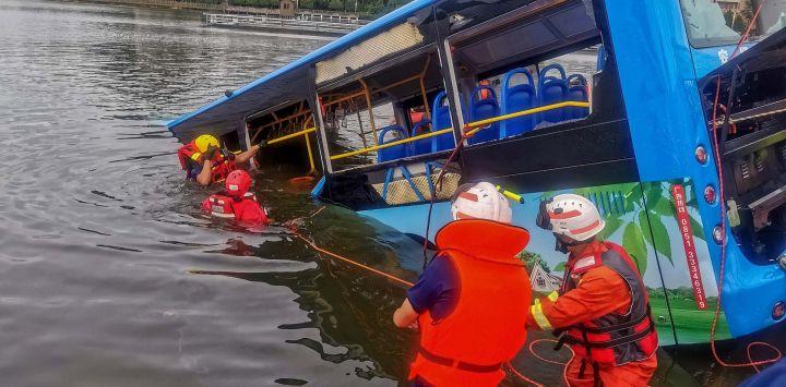 Los equipos de rescate trabajan después de que un autobús se hundiera en un lago en Anshun, en la provincia de Guizhou, suroeste de China. - Al menos 21 personas murieron cuando un autobús que transportaba estudiantes a su examen anual de ingreso a la universidad se hundió en un lago en el suroeste de China.