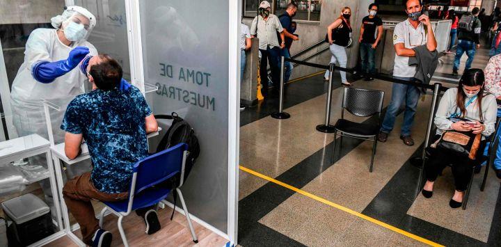 Un trabajador de salud toma una muestra de Covid-19 durante una prueba aleatoria en una estación de Metro, en medio de la pandemia de coronavirus, en Medellín, Colombia.