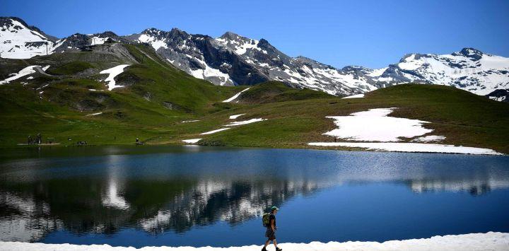 La gente camina en el lago Ouillette, cerca del complejo de los Alpes franceses en el primer fin de semana de las vacaciones escolares nacionales en Francia.