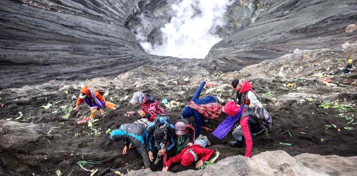La gente de la tribu Tengger se dirige a la cumbre del volcán Monte Bromo para hacer ofrendas en Probolinggo, provincia de Java Oriental, como parte del Festival Yadnya Kasada.