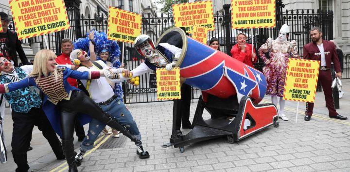 Los artistas de circo de la Asociación de Propietarios de Circo se reúnen en las afueras de Downing Street en el centro de Londres, mientras entregan una carta al Primer Ministro pidiendo el derecho a reabrir para su temporada alta de verano.