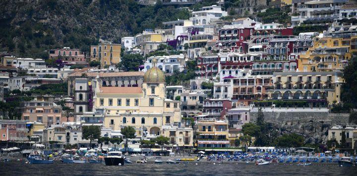 Una vista muestra el pueblo de Positano en la costa de Amalfi en el sur de Italia. - Con sus casas blancas y multicolores encaramadas en la ladera de la montaña sobre las aguas cristalinas del Mediterráneo, la costa italiana de Amalfi sufre la falta de turistas estadounidenses este año.