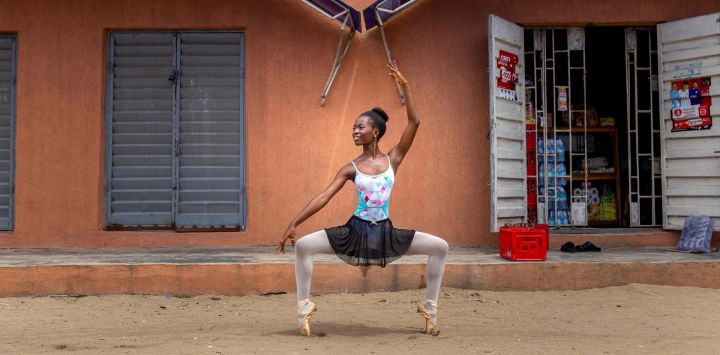 Olamide Olawale, estudiante de la Academia Leap of Dance, realiza una rutina de baile en la calle Okelola en Ajangbadi. - La Academia Leap of Dance es una escuela de ballet en un distrito pobre de la extensa megaciudad de Lagos que tiene como objetivo llevar la danza clásica a niños desfavorecidos en la nación más poblada de África.