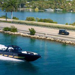 La lancha es capaz de alcanzar una velocidad máxima de 129 km/h.