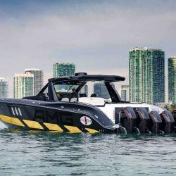 La Tirranna AMG Edition está equipada con seis motores Mercury Racing 450R sobrealimentados, con 4.6 litros de cilindrada cada uno de ellos.