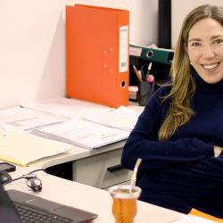 """Romina en """"modo pre-coronavirus"""" en su oficina de la Fundación Infant."""