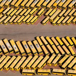 Esta imagen tomada muestra una vista aérea de autobuses escolares en un estacionamiento escolar en el emirato del Golfo de Dubai, durante un recorrido en avión organizado por el gobierno.   Foto:KARIM SAHIB / AFP