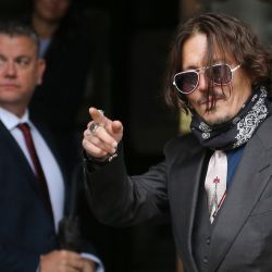 El actor estadounidense Johnny Depp saluda cuando llega el segundo día de su juicio por difamación contra News Group Newspapers, en el Tribunal Superior de Londres. | Foto:ISABEL INFANTES / AFP