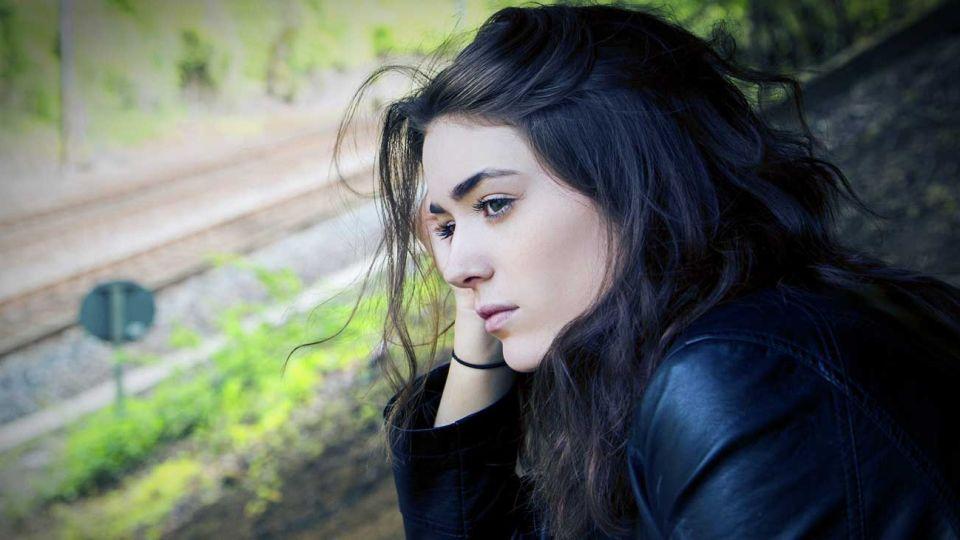 coronavirus-aislamiento-salud-mental-psicologia-soledad-tristeza-mujer-ventana