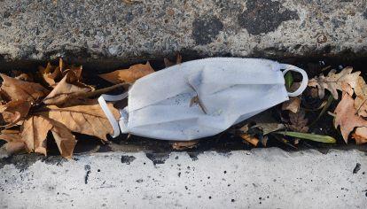 Barbijos y guantes los nuevos residuos callejeros