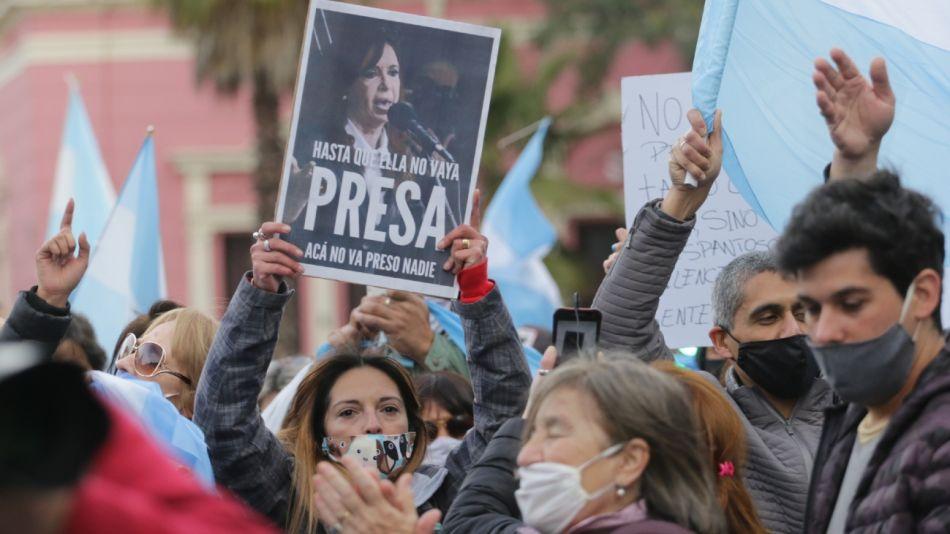 Una manifestante muestra una pancarta pidiendo que vaya presa Cristina.