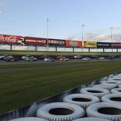 Jeremy Clements, conductor del Chevrolet 51 First Pacific Funding, lidera el campo durante la NASCAR Xfinity Series Alsco 300 en Kentucky Speedway. | Foto:Jared C. Tilton / Getty Images / AFP