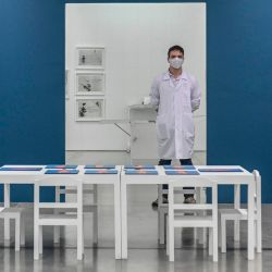 Una guía del museo espera a los visitantes en una exposición de la artista colombiana Libia Posada en el Museo de Arte Moderno de Medellín, Colombia, en medio de la nueva pandemia de coronavirus COVID-19. | Foto:Joaquin Sarmiento / AFP
