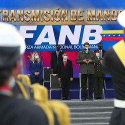 El presidente de Venezuela, Nicolás Maduro (R), pronunciando un discurso durante la transmisión del comando de las Fuerzas Armadas Nacionales Bolivarianas (FANB) en la Escuela Militar de Caracas, en medio del COVID-19 nueva pandemia de coronavirus. | Foto:AFP