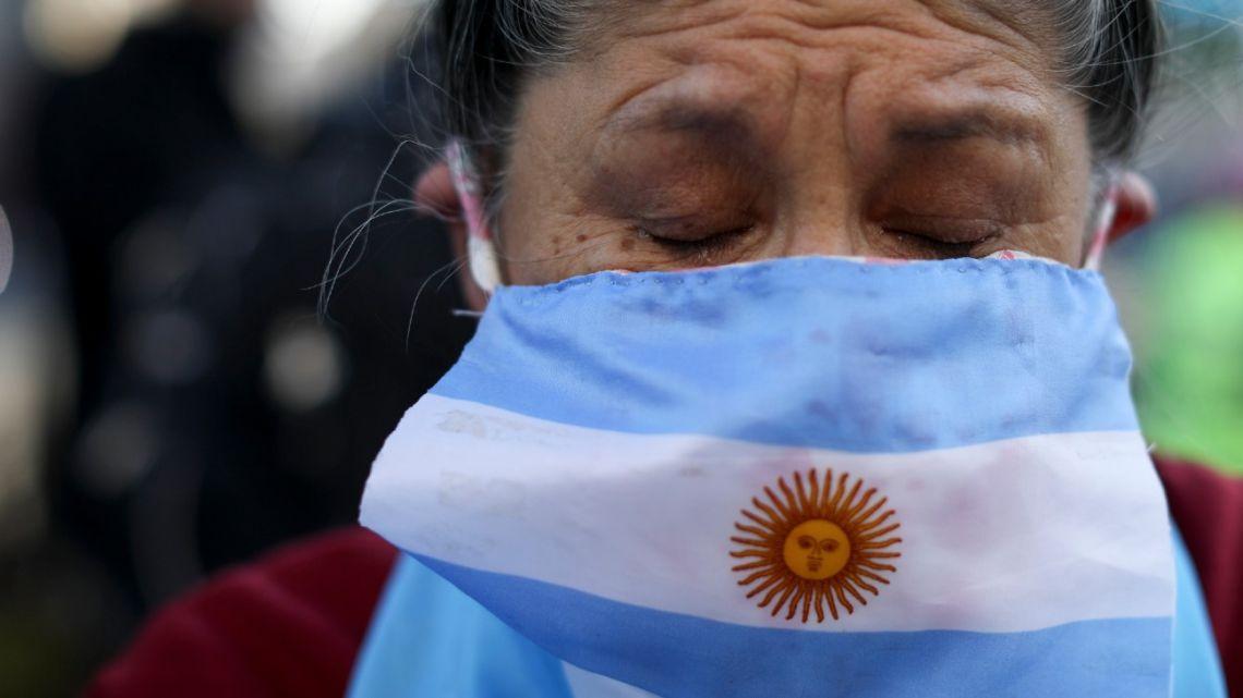 A woman joins a 9 de Julio protest.