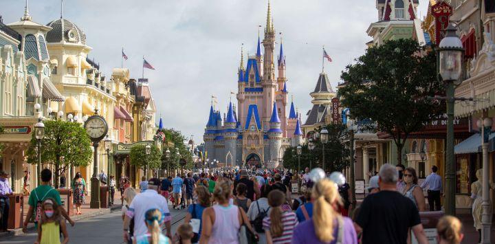 EE. UU., Orlando: La calle principal en el Reino Mágico está llena de invitados en Walt Disney World en Orlando, después de que fue reabierta después de meses de cierre debido a la pandemia de Coronavirus.