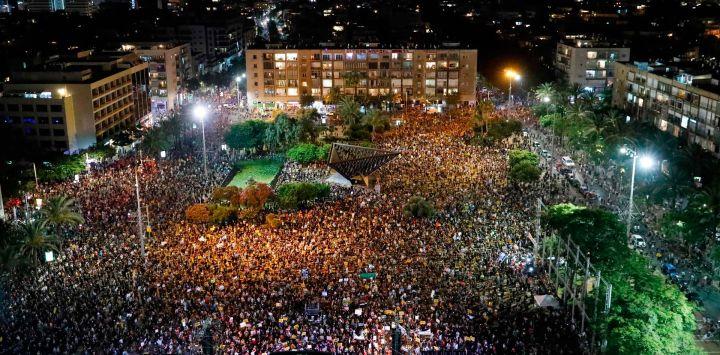 Los israelíes participan en una manifestación en la Plaza Rabin en la ciudad costera central de Tel Aviv, para protestar por el abandono del gobierno de los trabajadores independientes del país y otros sectores después de obligar a sus negocios a cerrar bajo las regulaciones COVID-19, Según los organizadores.