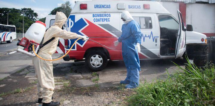 México, Coatepec: un miembro de la ambulancia de Coatepec con un traje de protección se desinfecta mientras se prepara para transferir a un paciente sospechoso de estar infectado con el nuevo coronavirus.