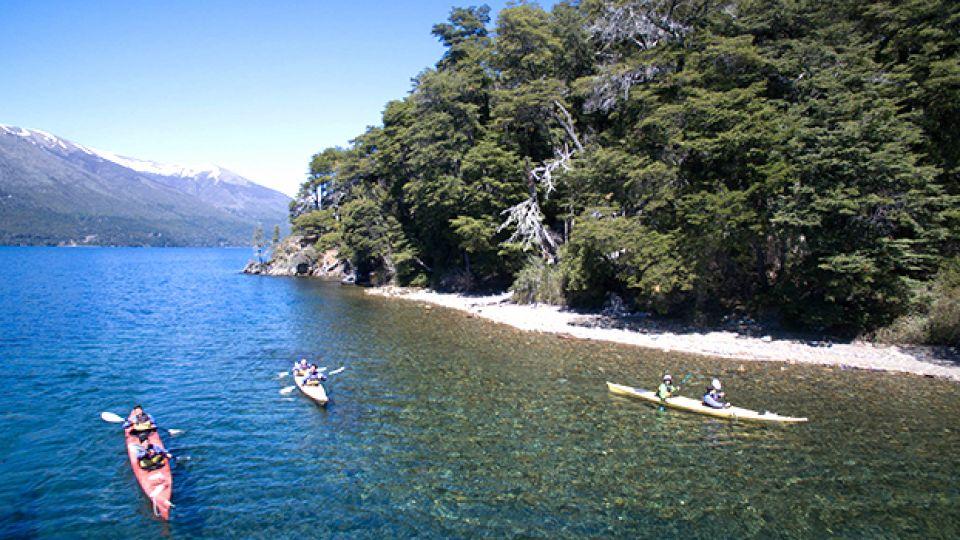 En Bariloche, una de las opciones para reemplazar actividades de nieve es kayak en el lago Nahuel Huapi.