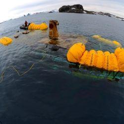 El agua helada que entró en el casco se congeló, expandiéndose y hundiendo el yate Mar Sem Fim, que terminó en el fondo de la bahía poco profunda, a solo 10 metros de profundidad.