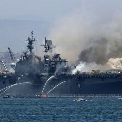 Un incendio arde en el barco de asalto anfibio USS Bonhomme Richard en la Base Naval de San Diego en San Diego, California. Hubo una explosión a bordo del barco con múltiples lesiones reportadas. | Foto:Sean M. Haffey / Getty Images / AFP