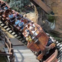 EE. UU., Orlando: se ve a personas con máscaras faciales mientras viajan en el Thunder Mountain Railroad en el Magic Kingdom en Walt Disney World en Orlando, después de que se reabrió después de meses de cierre debido a la pandemia de Coronavirus. | Foto:Cory Knowlton / ZUMA Wire / DPA