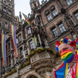 Un miembro de MunichKyivQueer sostiene la bandera del orgullo del arco iris durante una manifestación en conmemoración del Día de Christopher Street en Múnich. El desfile anual de orgullo de Christopher Street Day se cancela este año debido a la pandemia de Coronavirus; en cambio, pequeños grupos salieron a las calles para demostrar y celebrar el día mientras se realizaba una transmisión en vivo con música y debates. | Foto:Lino Mirgeler / DPA