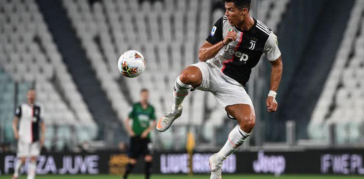El delantero portugués de la Juventus, Cristiano Ronaldo, controla el balón durante el partido de fútbol de la Serie A italiana, Juventus Turín vs Atalanta Bergamo, jugado a puertas cerradas en el estadio Juventus de Turín, mientras el país alivia su bloqueo para frenar la propagación de la Infección por COVID-19, causada por el nuevo coronavirus.
