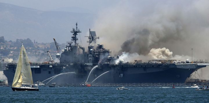 Un incendio arde en el barco de asalto anfibio USS Bonhomme Richard en la Base Naval de San Diego en San Diego, California. Hubo una explosión a bordo del barco con múltiples lesiones reportadas.
