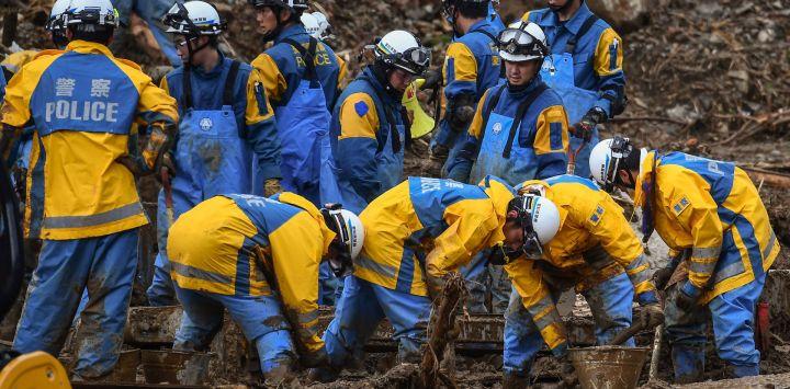 Los equipos de rescate buscan personas desaparecidas en Fukuhama, prefectura de Kumamoto, después de que fuertes lluvias e inundaciones devastaron la región.