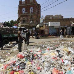 Los trabajadores yemeníes recogen la basura acumulada en las calles mientras los camiones de basura apenas funcionan debido a una grave escasez de combustible en la capital, Sanaa. - La escasez de combustible está arruinando la vida en las zonas de Yemen controladas por los rebeldes hutíes, cortar el suministro de electricidad, detener las bombas de agua y varar a las personas que necesitan atención médica mientras los bandos en guerra intercambian la culpa. (Foto por Mohammed HUWAIS / AFP) | Foto:afp