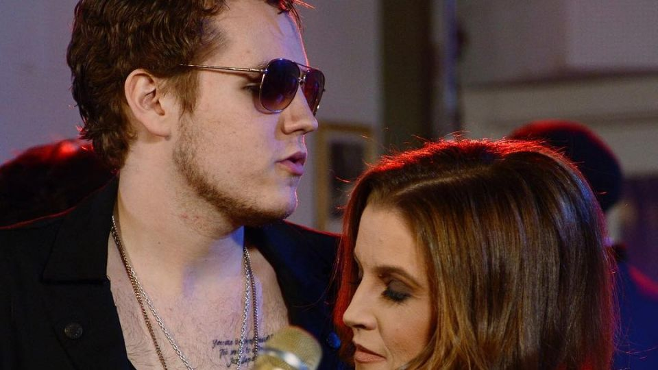 Ben junto a su madre Lisa Marie Presley