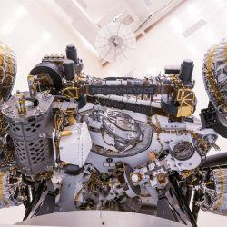 El rover Perseverance cuenta con muchas más herramientas que su antecesor, el Curiosity.