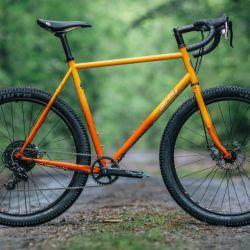 Este tipo de bicicletas reúnen elementos del mountain bike, el ciclocross y el gravel.