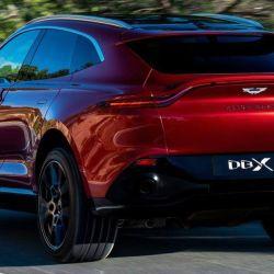 Aston Martin dio a conocer que su SUV tiene una altura libre del suelo de 23,5 centímetros y una profundidad de vadeo de 50 centímetros.