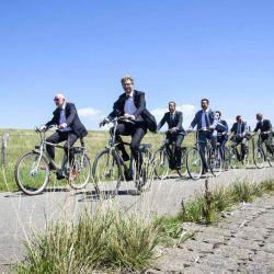 El ministro holandés Sander Dekker de Protección Legal en el camino en bicicleta a la ubicación prevista para la prisión extra segura en la provincia suroccidental de Zelanda. - La nueva prisión es parte del paquete de compensación por cancelar El establecimiento de los cuarteles marinos. | Foto:STAM DE JONGE / ANP / AFP)