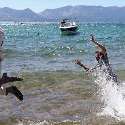 El ex atleta profesional de tenis Mardy Fish salta al lago Tahoe junto a Stephen Curry después de ganar el American Century Championship en el campo Edgewood Tahoe South. | Foto:Christian Petersen / Getty Images / AFP
