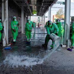 Los trabajadores municipales limpian y desinfectan una acera en el barrio de Tepito en la Ciudad de México, en medio de la nueva pandemia de coronavirus. | Foto:CLAUDIO CRUZ / AFP
