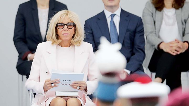 Brigitte Macron se rebeló, no usó barbijo en su fiesta patria