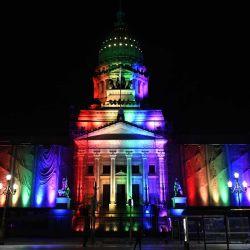 El Congreso argentino se ilumina con los colores del arcoíris para celebrar el décimo aniversario de la legalización del matrimonio entre personas del mismo sexo en el país, en Buenos Aires, en medio de la nueva pandemia de coronavirus COVID-19 (Foto de Juan MABROMATA / AFP) | Foto:afp
