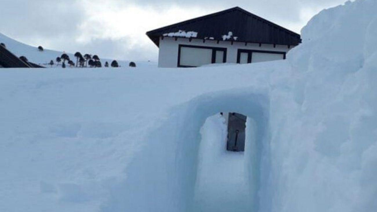 construyó un túnel de 10 metros bajo la nieve para poder salir de su casa